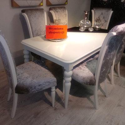 Wymiana ekspozycji – stół i krzesła we włoskim stylu.